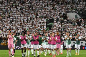 Budapest, 2021. augusztus 24. Az FTC játékosai a labdarúgó Bajnokok Ligája selejtezőjének 4. fordulójában játszott Ferencváros - Young Boys visszavágó mérkőzés végén Budapesten, a Groupama Arénában 2021. augusztus 24-én. Ferencváros-Young Boys 2-3, így az FTC 6-4-es összesítéssel alulmaradt svájci riválisával szemben, ezzel ősszel az Európa-liga csoportkörében szerepelhet. MTI/Illyés Tibor